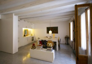 A refurbished loft space in El Born, one of Barcelona's trendiest tourist spots chock-full of historic buildings hosting funky eateries, cosmopolitan bars and clubs, and independent boutiques.