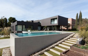With eight en-suite bedrooms, this property is located in the Ciudad Diagonal district