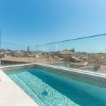This penthouse in Palma de Mallorca has great versatility, with spacious rooms and a rooftop swimming pool overlooking the City